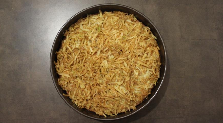 Натираем яблоки, выкладываем в форму для запекания на корж и ставим в духовку