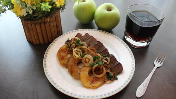 Жареная говяжья печень с луком и яблоками
