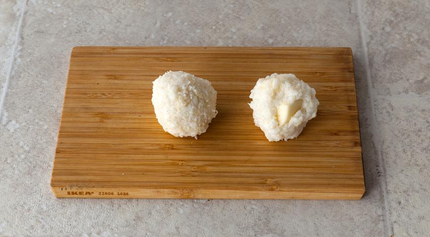 Фото приготовления рецепта: Хрустящие аранчини с соусом бешамель, шаг №7
