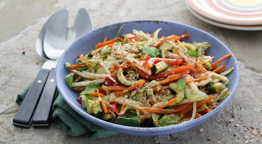 Салат из хрустящих овощей со сладким соусом чили, пошаговый рецепт с фото