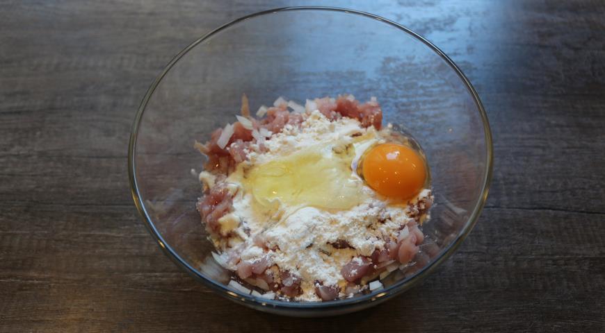Для приготовления рубленных котлет из свинины мясо соединяем с яйцом и мукой
