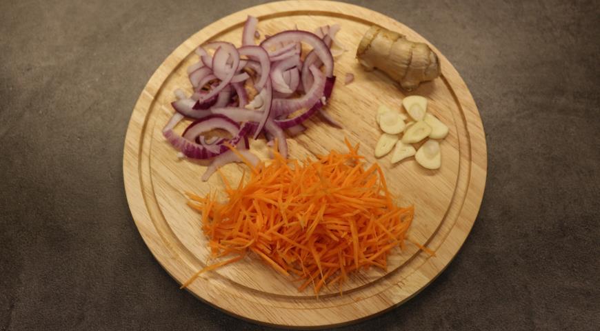 Овощи нарезаем и обжариваем на сковороде