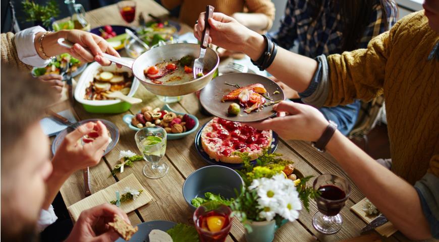 Компания друзей за обеденным столом