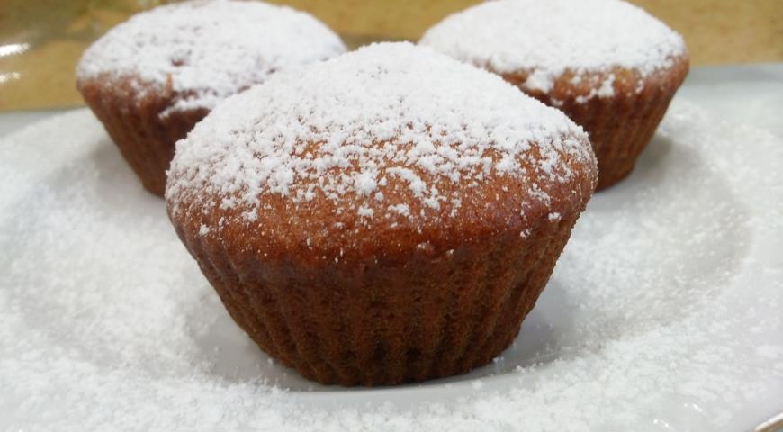 Остывшие медовые кексы посыпаем сахарной пудрой