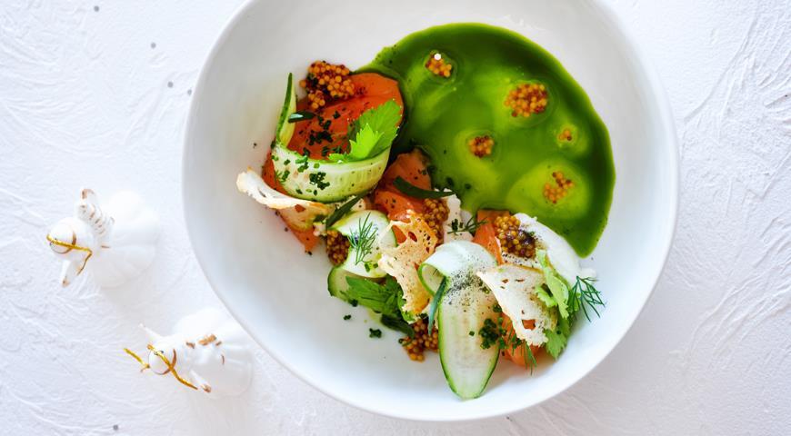 Малосольный лосось с мягким сыром, огурцом и зеленым маслом