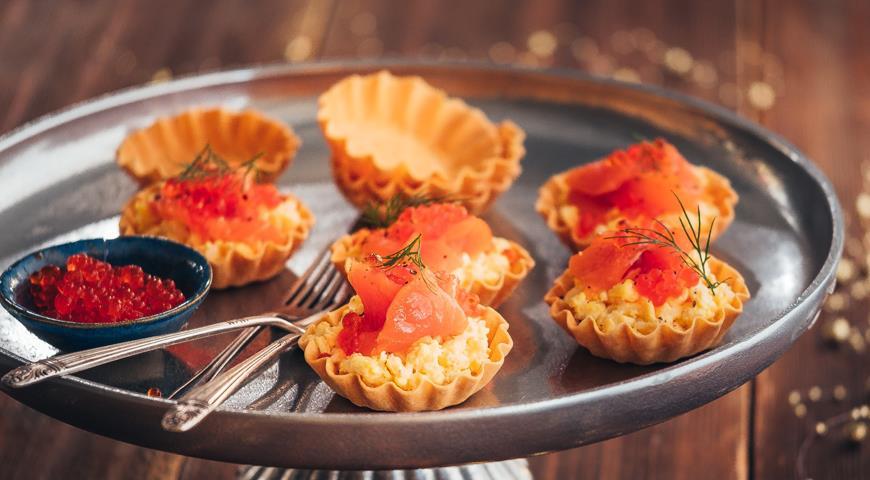 Тарталетки с яичницей-болтуньей и красной икрой, пошаговый рецепт с фото
