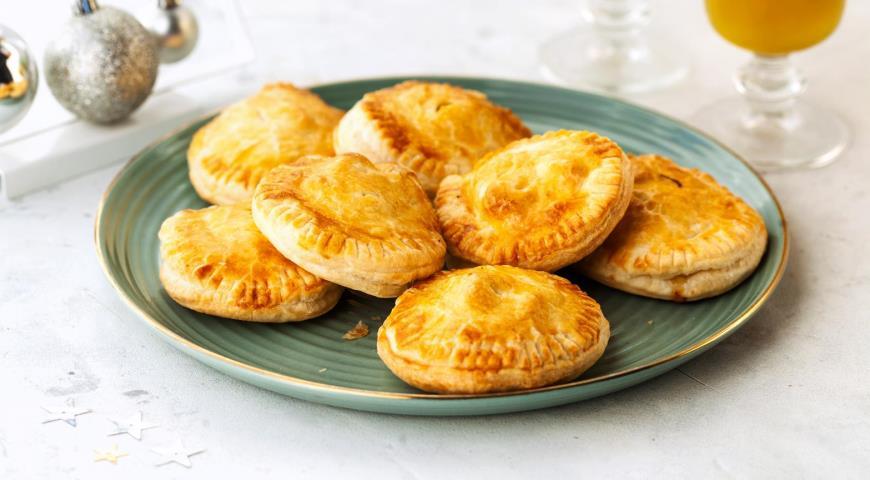 Пирожки с курицей и сыром из готового теста