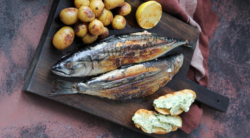 Сельдь и скумбрия, жаренные на решетке, с печеным картофелем, пошаговый рецепт с фото