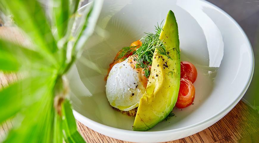 Яйцо-пашот с авокадо, киноа и печеной тыквой