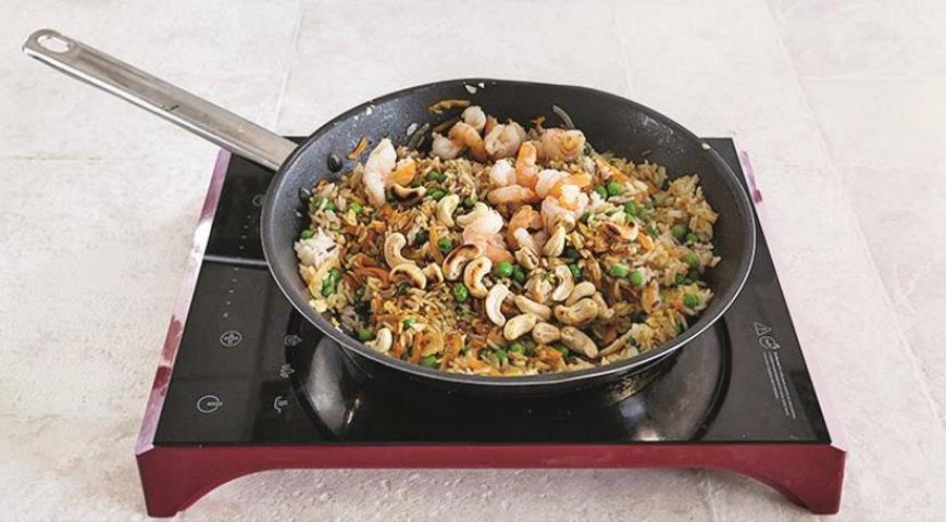 Фото приготовления рецепта: Рис по-индийски с креветками за 15 минут, шаг №5