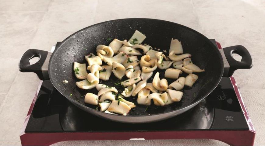 Теплий салат з кальмарами і яблуками