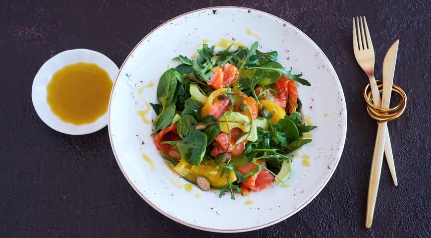 Салат з копченим лососем, авокадо і солоним лимоном