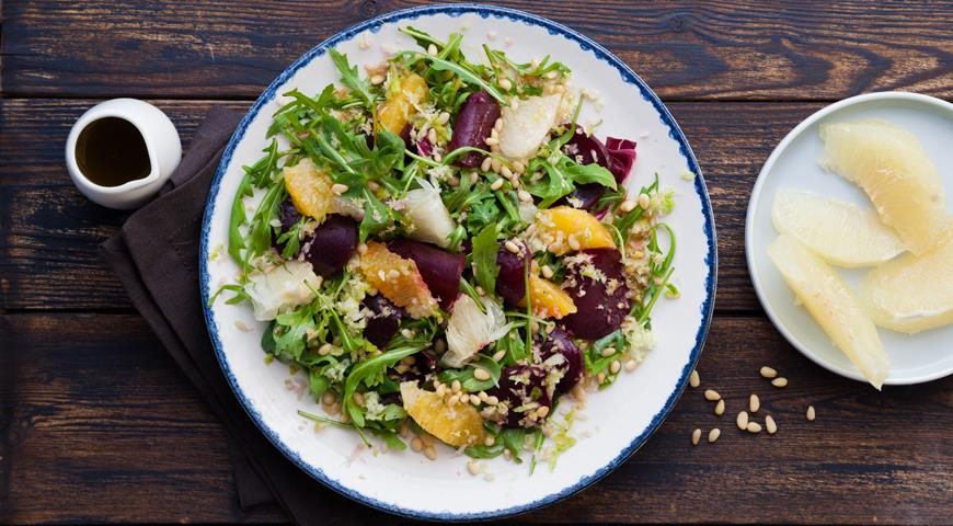Веганский салат с помело и пряной сельдерейной заправкой
