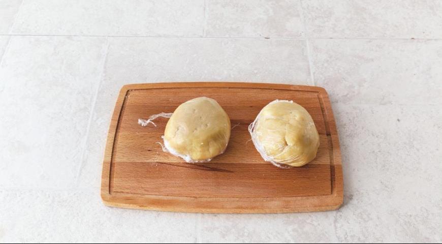 Фото приготовления рецепта: Самое простое тертое печенье с вареньем, шаг №3