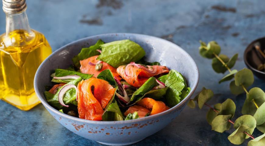 Салат из лосося с каперсами и красным луком