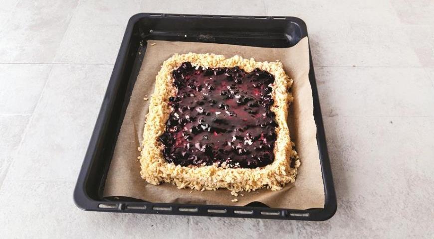 Фото приготовления рецепта: Самое простое тертое печенье с вареньем, шаг №5