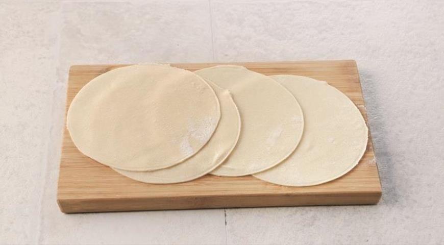 Фото приготовления рецепта: Грузинские хинкали с сыром и зеленью, шаг №3