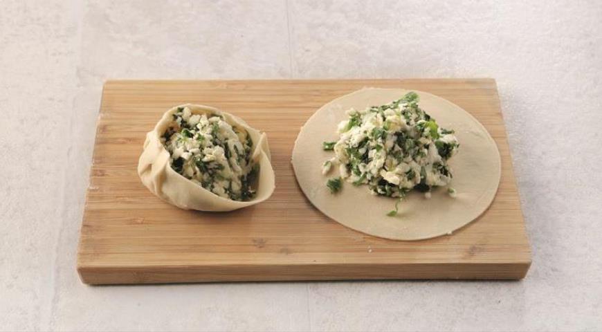 Фото приготовления рецепта: Грузинские хинкали с сыром и зеленью, шаг №4