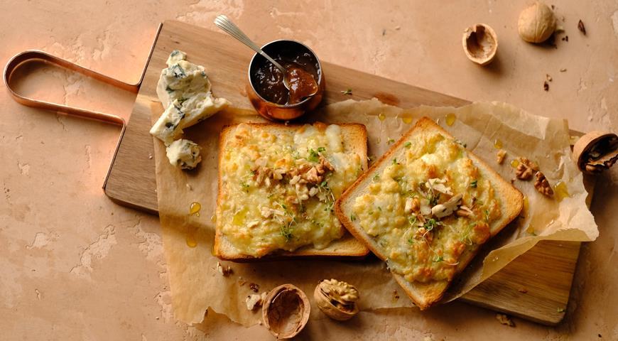 Тосты с голубым сыром и грецкими орехами