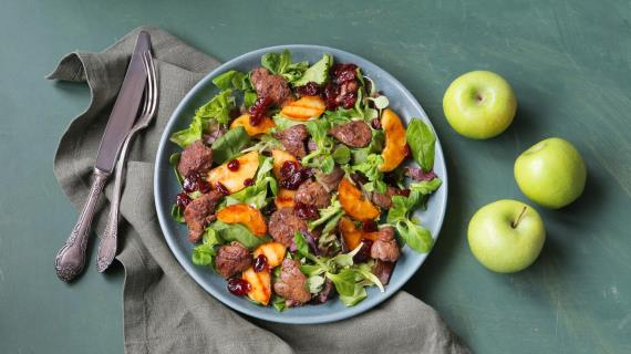 Теплый салат с куриной печенью и яблоками
