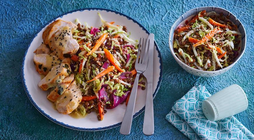 Салат с чечевицей, запеченной морковью и кунжутной заправкой