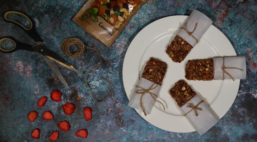 Батончики-мюсли с орехами, клубникой и какао