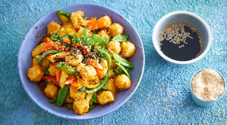 Тофу, жаренный с овощами