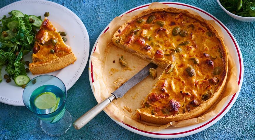 Пирог на рубленом тесте с цыпленком, грудинкой, луком и оливками