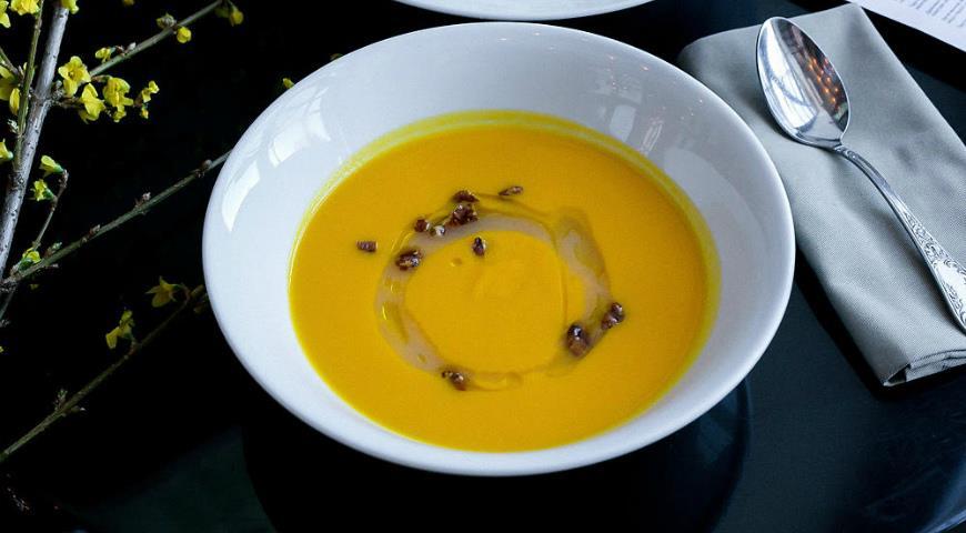 Морквяний суп, імбир, печена груша, пекан