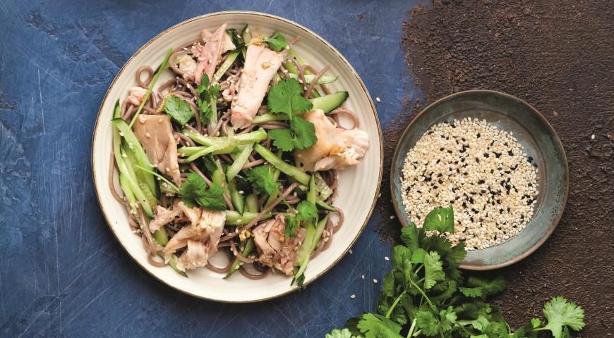 Быстрый салат из гречневой лапши с курицей-гриль 2