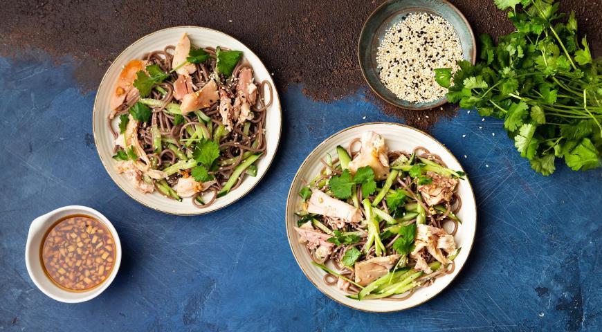 Быстрый салат из гречневой лапши с курицей-гриль