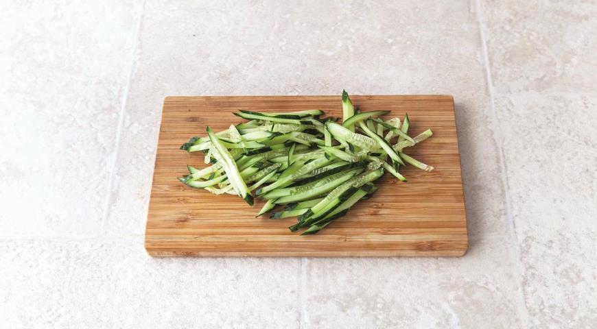 Быстрый салат из гречневой лапши с курицей-гриль. Шаг 4