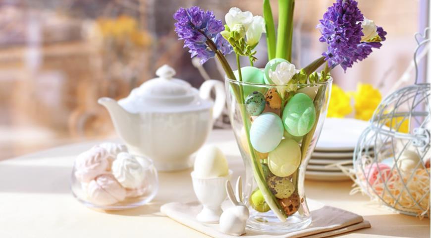 Сервировка: как украсить пасхальный стол цветами photo