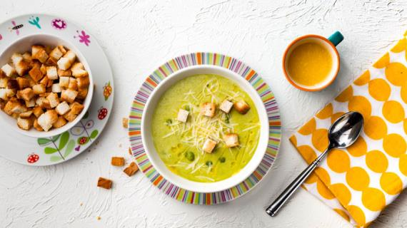 Суп-пюре из зеленого горошка с сухариками