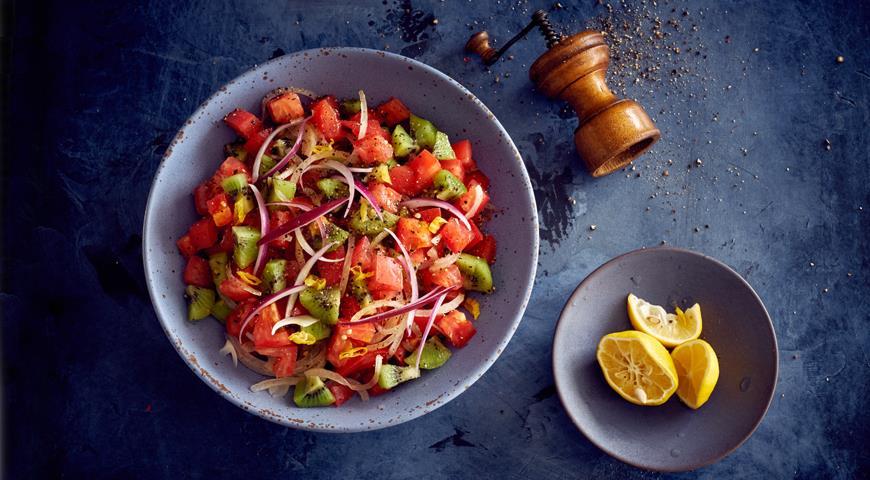Салат из помидоров и киви с острым перцем