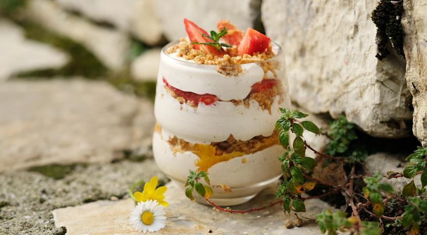 Йогуртовый завтрак с клубникой