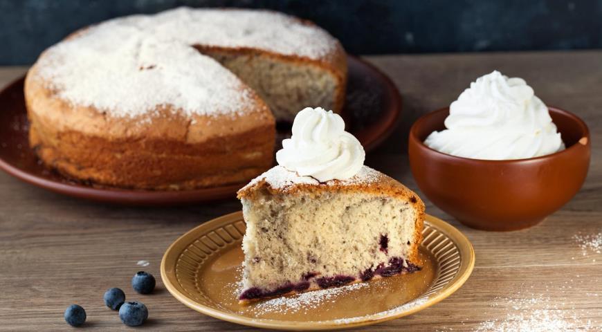 Бисквитный пирог с черникой