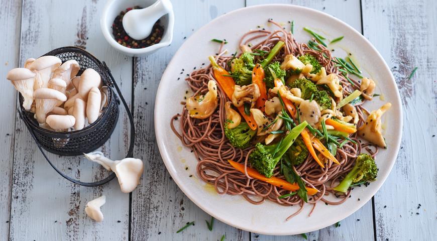 Грибы с овощами и устричным соусом