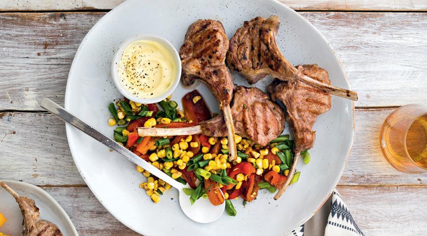 Котлети з телятини на грилі з салатом з кукурудзи та печеного перцю