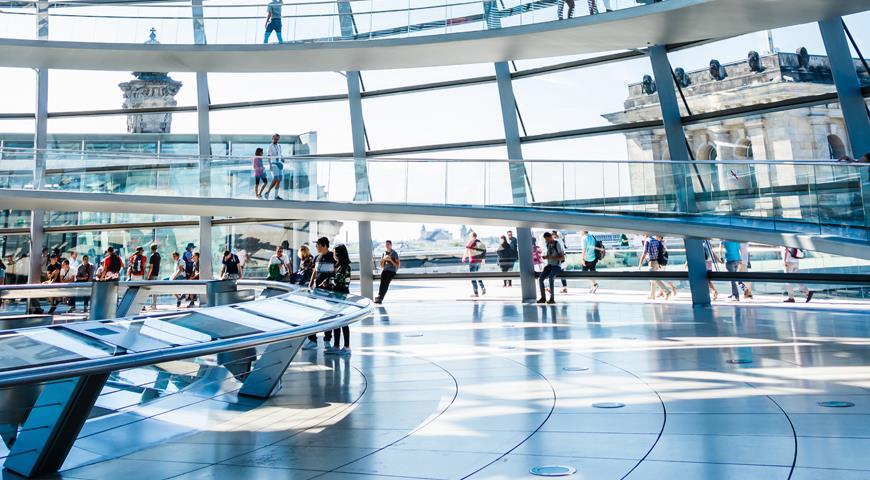 Попасть на крышу Рейхстага можно весьма неординарным способом – забронировав стол в панорамном ресторане Kafer