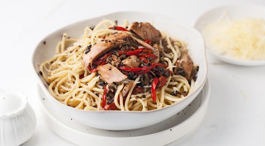 Спагетті з тунцем, перцем і пастою з маслин