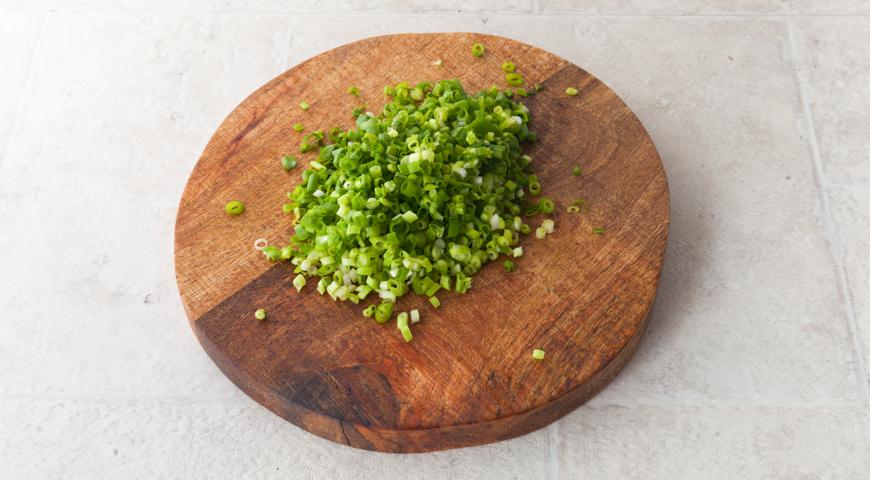 Осетинский пирог со свекольной ботвой и сыром. Мелко нарезаем зеленый лук