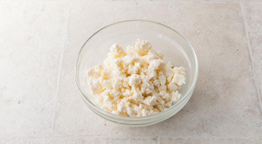 Осетинский пирог со свекольной ботвой и сыром. Осетинский сыр разминаем вилкой
