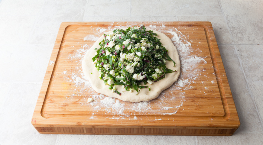 Фото приготовления рецепта: Осетинский пирог со свекольной ботвой и сыром, шаг №16