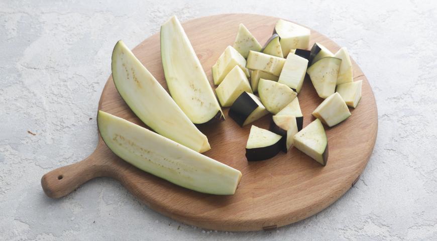 Овощное рагу с баклажанами и кабачками. Очищаем баклажаны