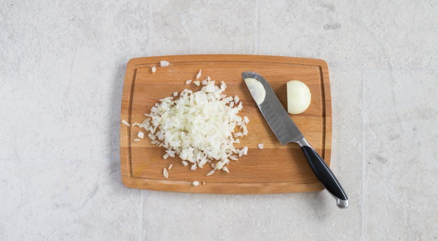 Борщ с мясом, классический рецепт. Мелко нарезаем лук