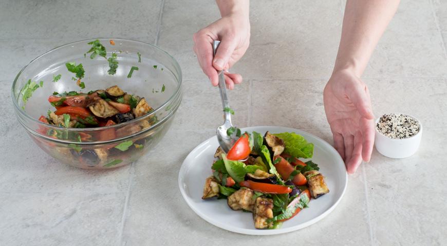 Салат с баклажанами и помидорами. Выкладываем баклажаны с помидорами на романо