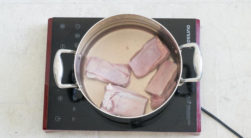 Кладем в воду кости с мясом для приготовления классического борща