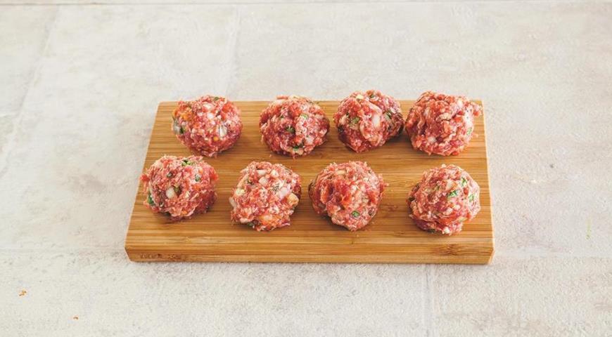 Фото приготовления рецепта: Мясные шарики с овощами, шаг №2