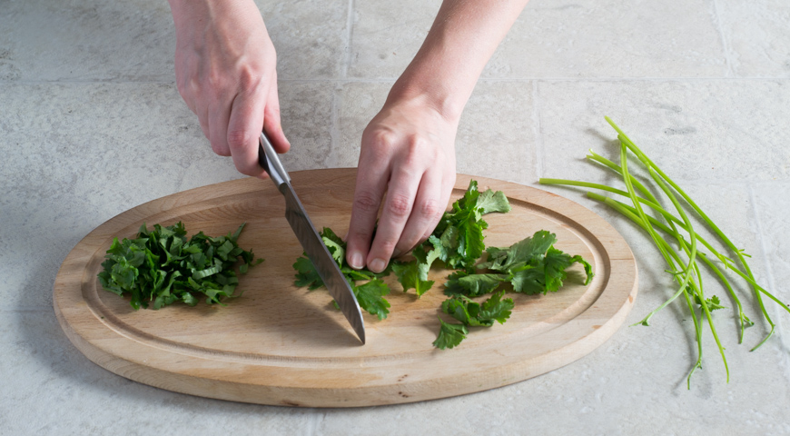 Салат с баклажанами и помидорами. Нарезаем кинзу